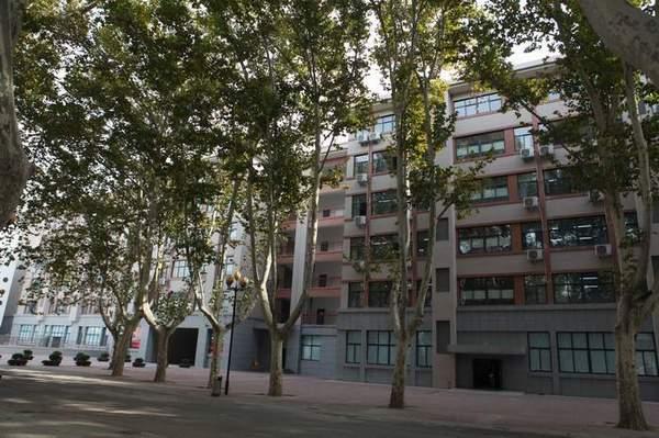 郑州七中初中部新教学楼是一幢现代与古典相结合的中
