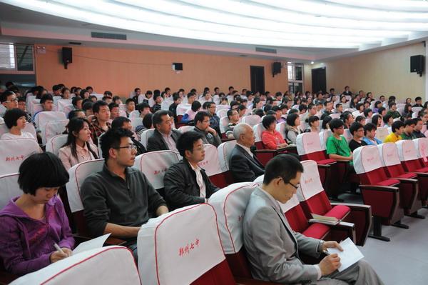 袁林方为初三毕业班学生及家长进行了现场互动式辅导讲座,受到了老师图片