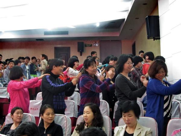 本次活动,郑州七中邀请了团市委12355心理咨询专家袁林方老师和齐图片