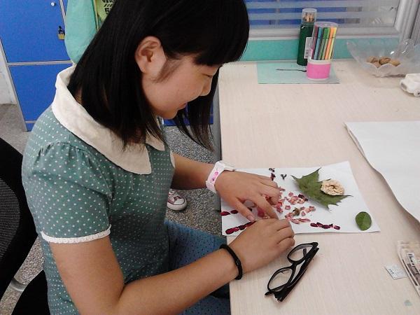 国际部学生正在用花瓣,叶子制作拼图.jpg
